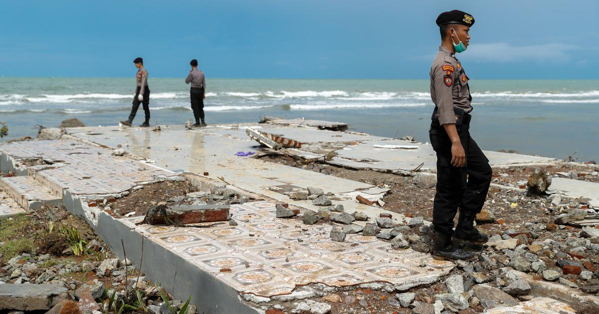 Indonesia tsunami: Toll rises to 373, rescue workers search for missing people