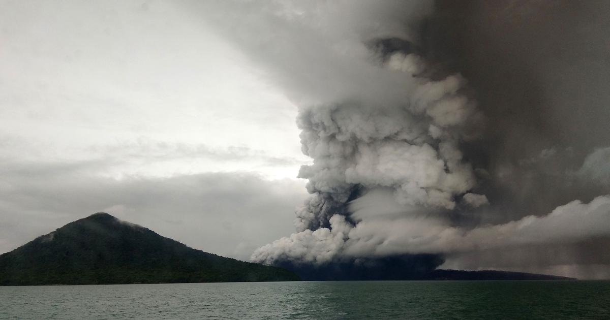 Indonesia tsunami: Anak Krakatau volcano eruption as flights diverted