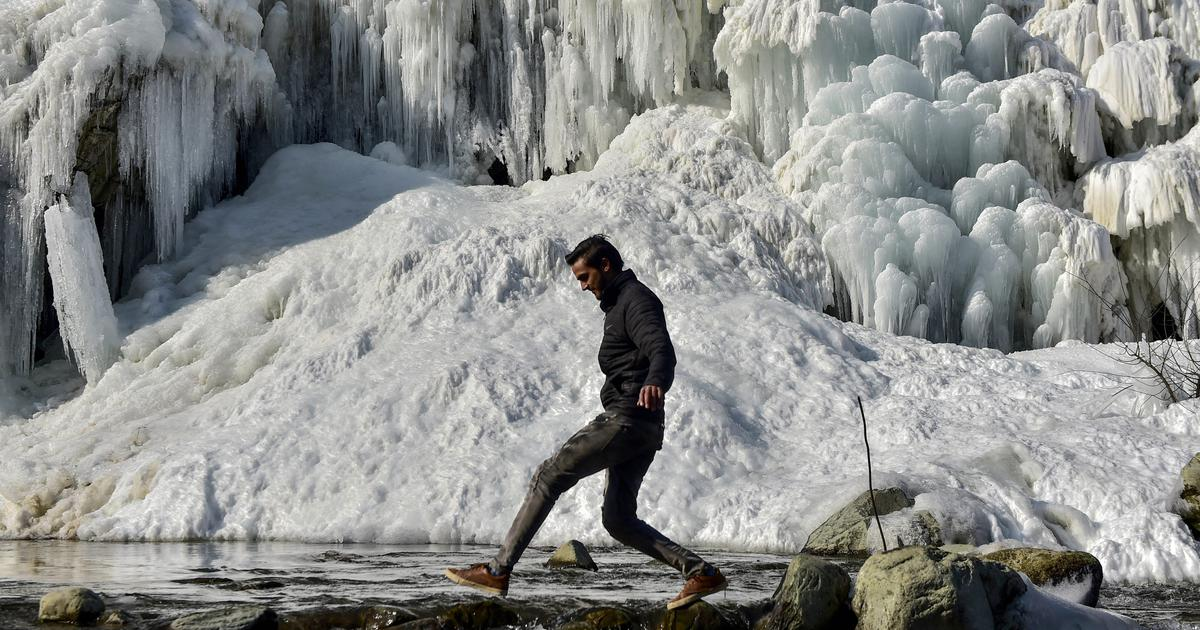 Cold wave: Temperature in Delhi dips to 2.6 degrees Celsius, Darjeeling gets snowfall after a decade