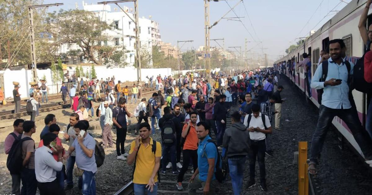 Pulwama attack: Police baton charge protestors who blocked rail tracks at Nalasopara in Maharashtra
