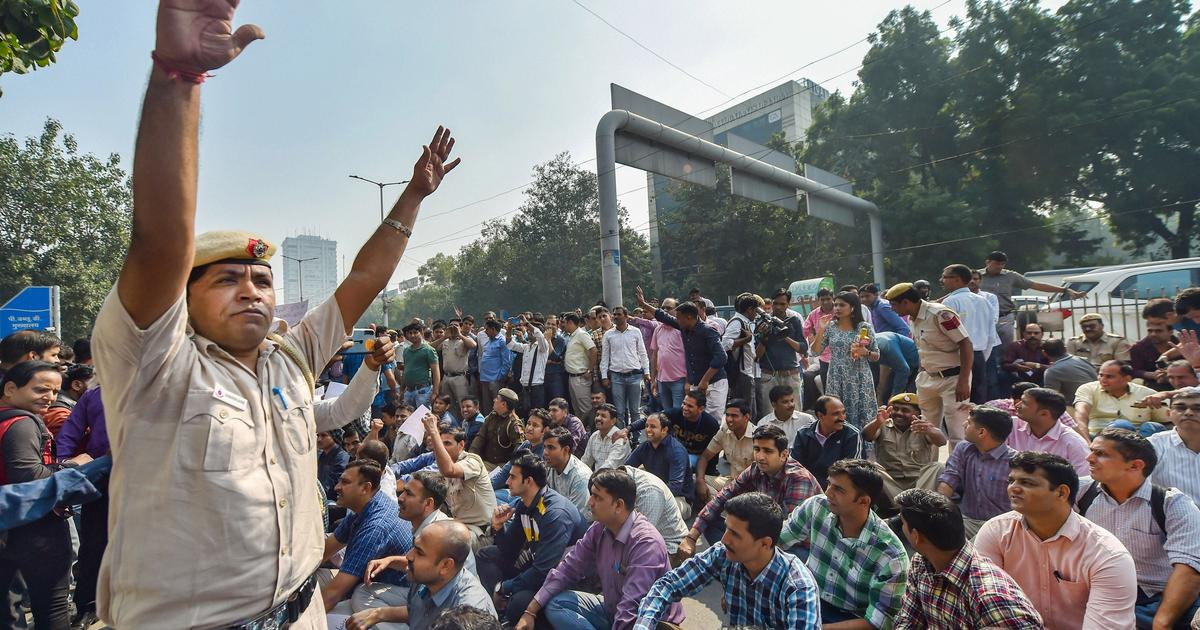 Delhi Police protest against assault by lawyers, HC issues notice to Bar Council on Centre's plea