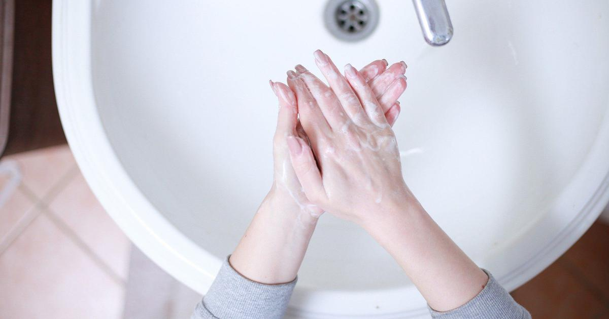 What life in the times of handwashing reminds us: The left hand is as vital as the right