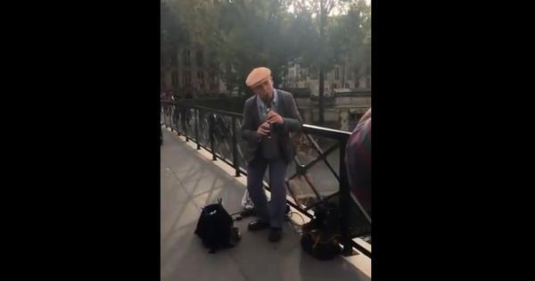 Watch: Why a man singing 'Tujhe Dekha Toh Ye Jana Sanam' in Paris left SRK missing Yash Chopra