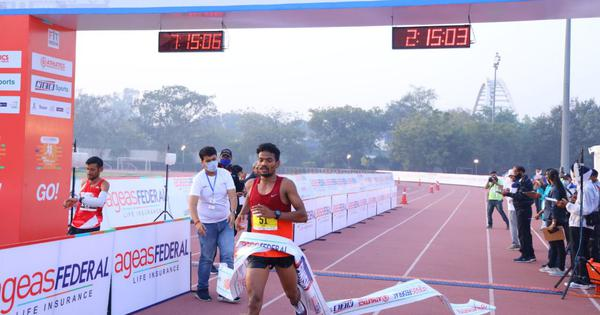Srinu Bugatha clocks personal best to win New Delhi Marathon, Sudha Singh wins women's event