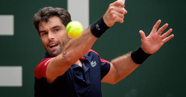 French Open, day 1 men's roundup: Pablo Andujar stuns Dominic Thiem, Alexander Zverev survives scare