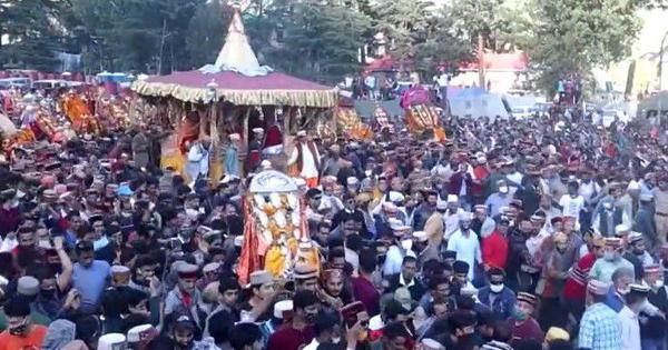 Watch: Huge crowd gathers to participate in last-day festivities of Kullu Dussehra