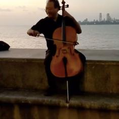 Watch: Virtuoso cellist Yo-Yo Ma treats Mumbai strollers to an impromptu gig on Marine Drive