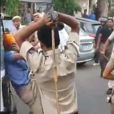 दिल्ली : ऑटो ड्राइवर ने पुलिसवालों पर तलवार लहराई, उन्होंने उसे लाठियों से पीटा