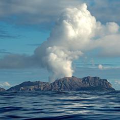 न्यूजीलैंड में ज्वालामुखी विस्फोट, 100 लोगों के फंसने की आशंका